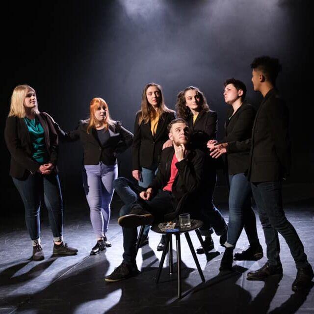 artistes étudiants en formation pro à l'EPAS sur la scene de la MJC Heritan à Macon lors du spectacle Ginsburg