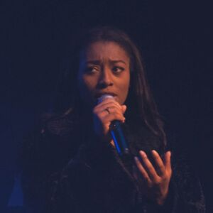 Pauline Beriat, diplomee de l'EPAS, chante sur scene a Macon